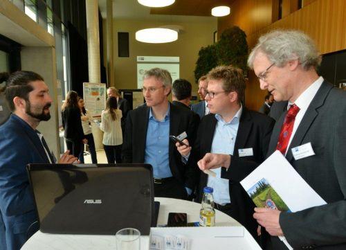8de871c10ca4b ... Henzler (mittig links und mittig rechts) im Gespräch mit Dr. Csaba  Singer von Hybrid-Airplane (links) und Professor Andreas Zell von der  Universität ...